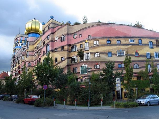 """La casa de Hundertwasser """"Waldspirale"""" fue construido en Darmstadt entre 1998 y 2000, por el famoso arquitecto y pintor austriaco Hundertwasser."""