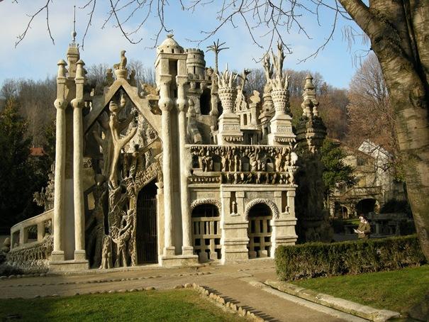 Construído por Chaval durante más de 30 años, el resultado es este castillo de fantasía, mezcla de diferentes estilos con inspiración en la Biblia o la mitología Hindú