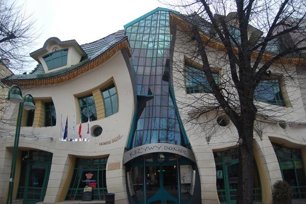 """La """"casa de arquitectura"""" fue construída en 2004. Se basa en los cuadros de Marcin Szancer (famoso artista polaco e ilustrador de libros infantiles) y Per Dahlberg (pintor sueco)."""
